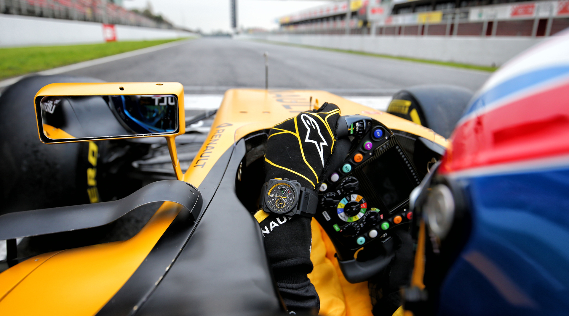 Bell & Ross BR 03-94 RS17 vs Renault F1 car